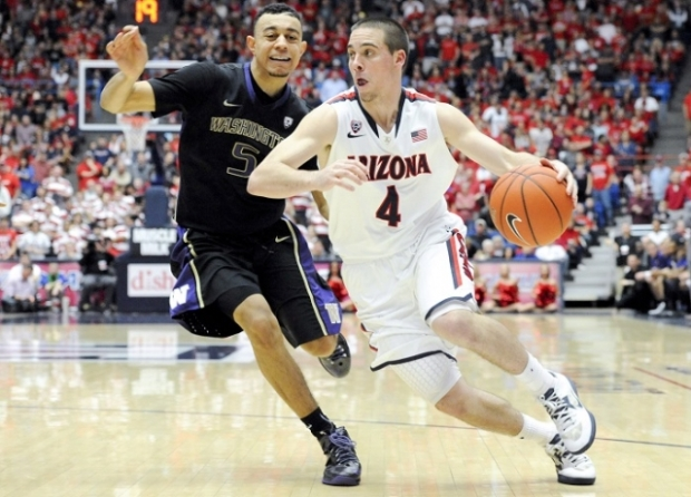 Nigel Williams-Goss, left, and the Washington Huskies will try to contain T.J. McConnell, right< and the No. 7 Arizona Wildcats on Friday at Alaska Airlines Arena. (Photo credit: Reuters)
